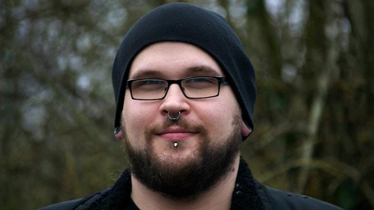 Rickard Sterner med mössa och glasögon.
