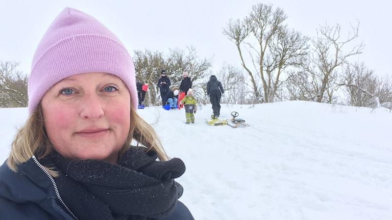 Jessica Damgaard Edström står framför pulkaåkande barn