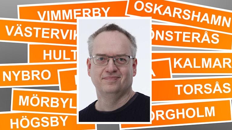 Erik Wångmar framför skyltar med Kalmar läns kommuner.