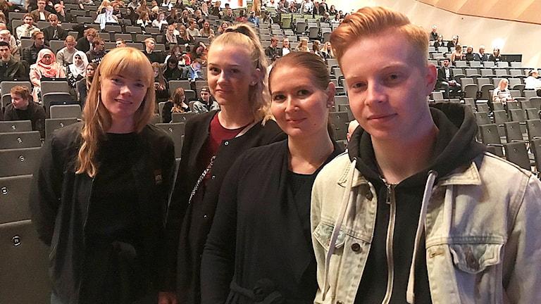 Fyra ungdomar framför publiken i Kalmarsalen i Kalmar