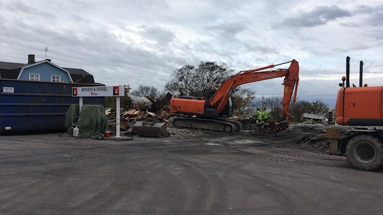 Grävmaskiner sanerar brandrester i Sandvik