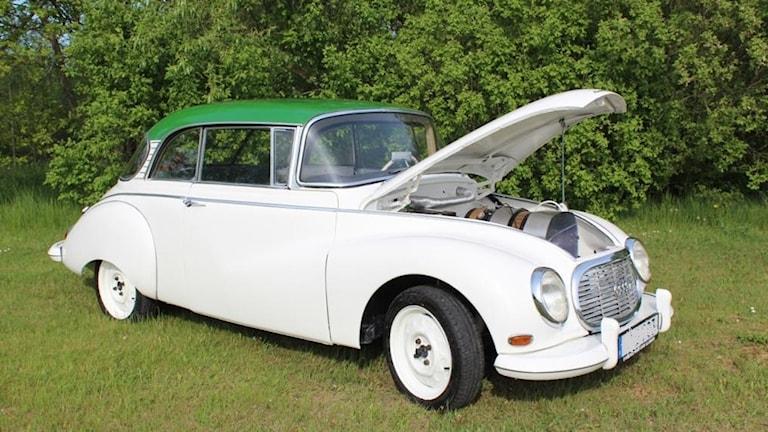 Bilen, en vit och grön DKV från 1963.