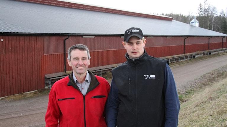 Per-Åke Svensson och Mats Farne vid det första tak som ska få solceller