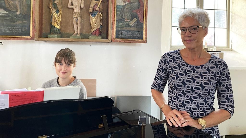 Två personer vid ett piano.