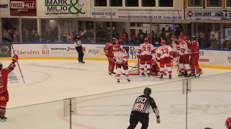 Spelare i Västerviks IK och Troja/Ljungby framför målet.