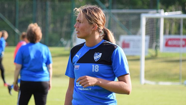 Emelie Brandt i fotbollströja