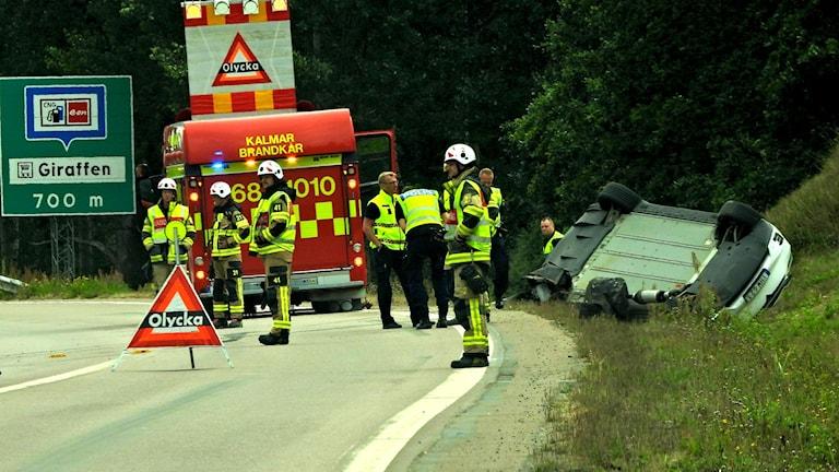 En trafikolycka där en bil har voltat av vägen.