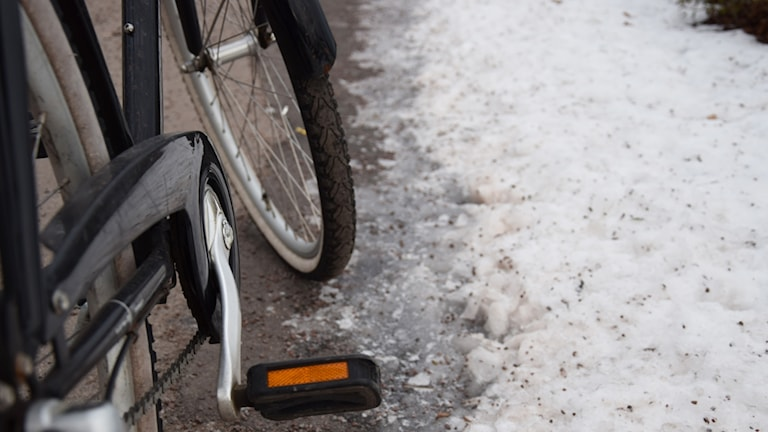 Cykel på isig cykelväg.