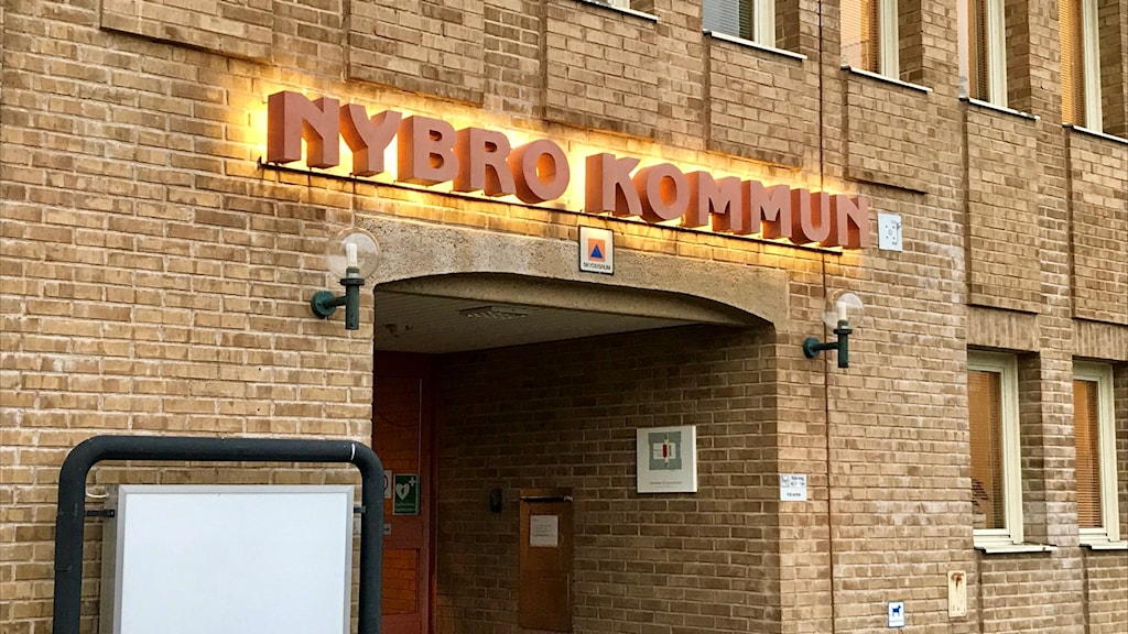 Nybro kommunhus, en stor byggnad i gult tegel.