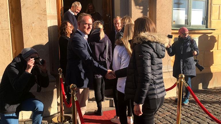 Spelare i IFK Kalmar anländer till kommunhuset