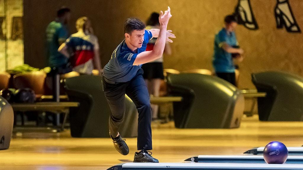En person spelar bowling.