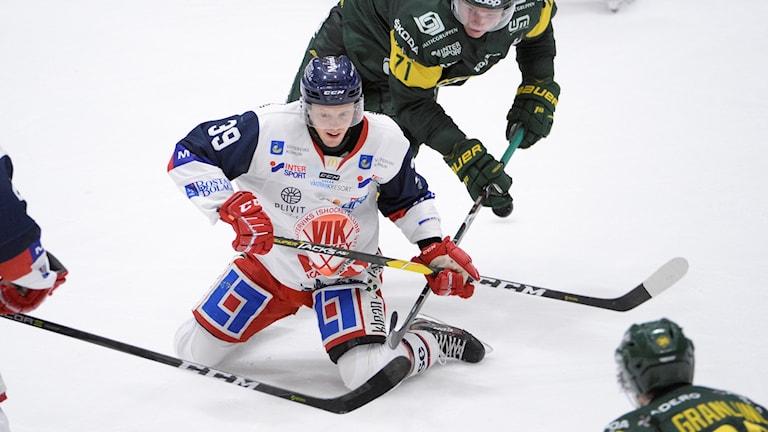 VIK-spelaren Pierre Gustavsson knästående på isen.