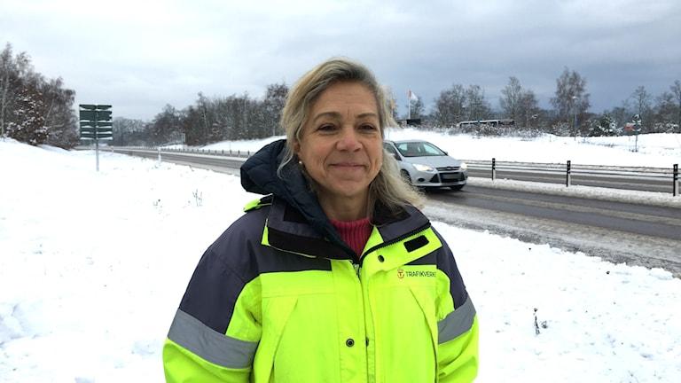 Susanne Östangård  är projektledare på Trafikverket och står i grön hi viz jacka vid E22.