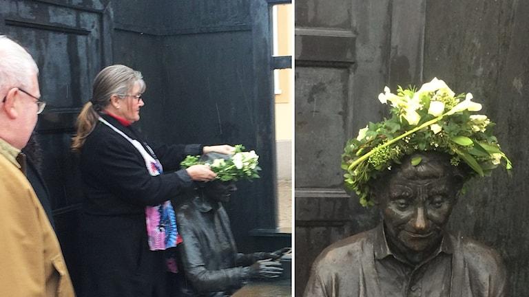 Helen Nilsson sätter en blomsterkrans på Astrid Lindgrens staty.