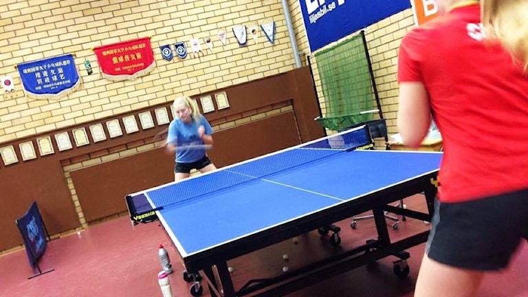 Bergkvara BTK, Alvalie Palmbo (blå tröja) möter Julia Åhnstrand i pingishallen i Bergkvara.