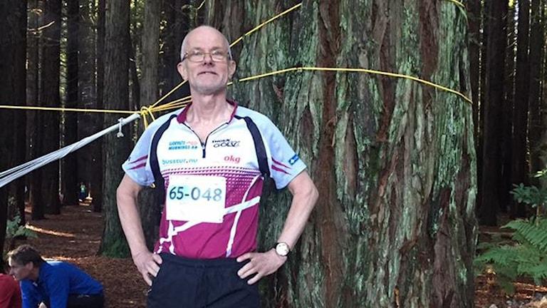 Göran Svensson framför ett av de imponerande redwoodträden