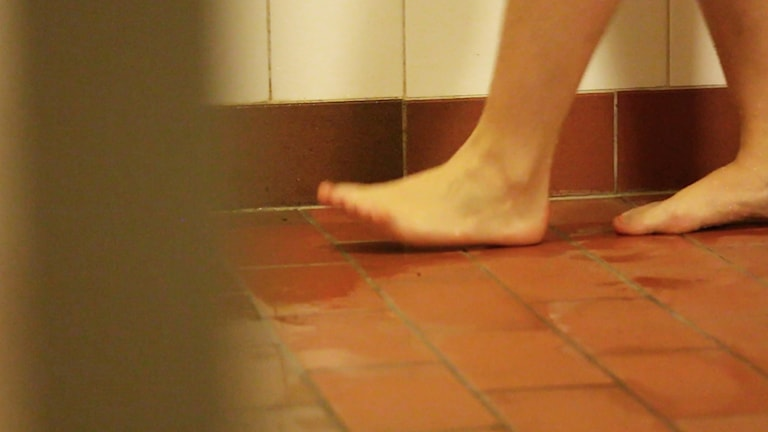 Människa duschar.