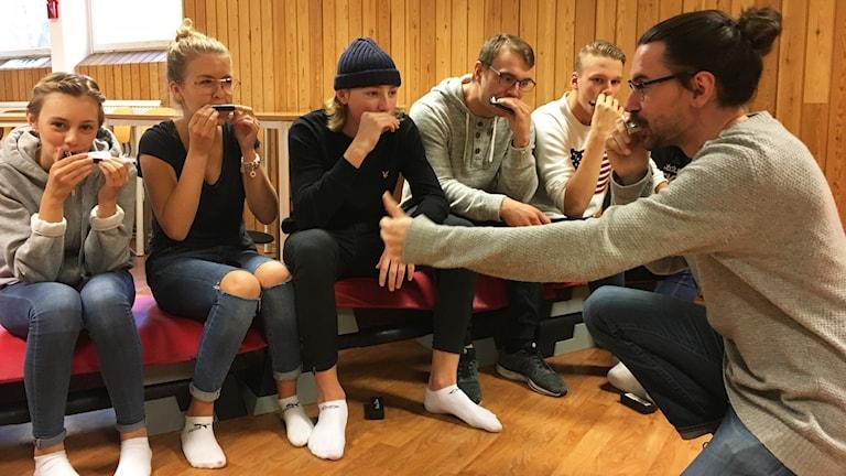 Elever på Rödsleskolan lär sig spela munspel