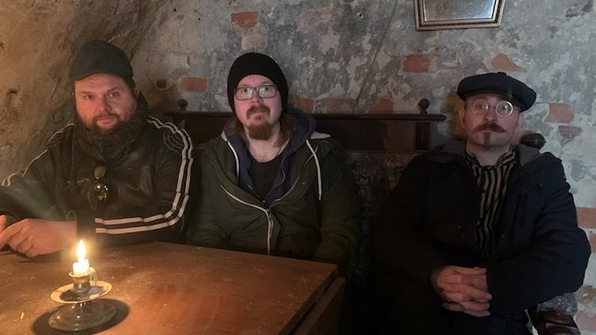 Tre personer som sitter i en soffa.
