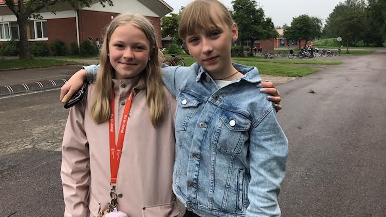 Två flickor som är elva år.