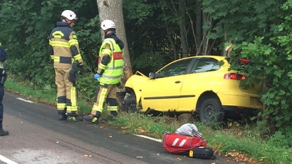 En gul bil har kört i diket och krockat med ett träd.