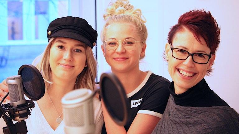 Sofia Hedegård, Lisa Amorell och Monica Landström står i en studiomiljö.