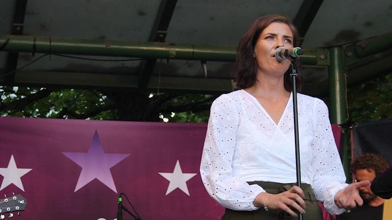 Patricia Birgersson sjunger på Larmtorget