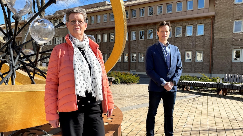 En man och en kvinna som står utomhus.