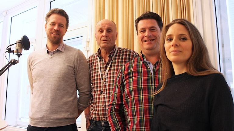 Joachim Lantz, Bosse Nilsson, Magnus Krusell och Anna Larsson står bredvid en mikrofon.