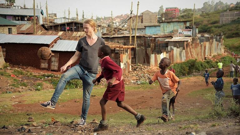 Emil Moberg Lundén spelar fotboll med barn i Kenya.