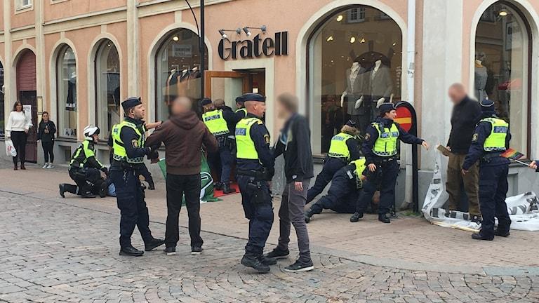 Polis griper personer i centrala Kalmar.