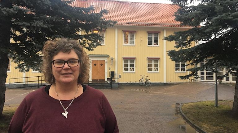 Diakon framför församlingshemmet Vimmerby.