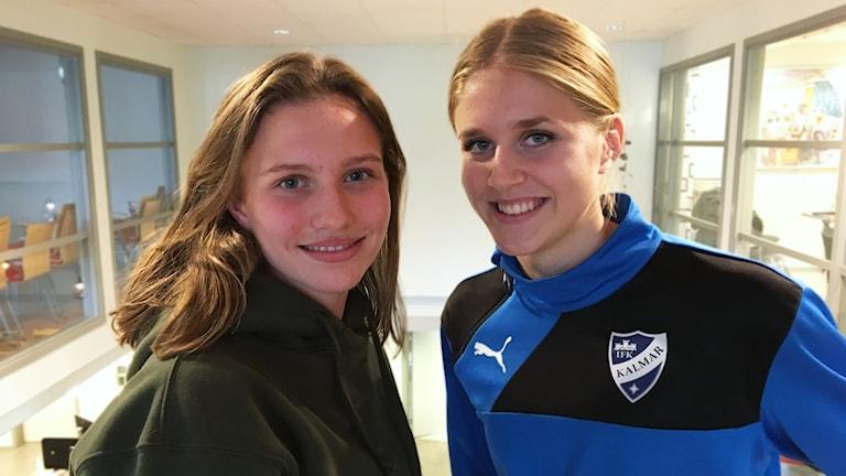 Selma Berggren och Kajsa Lang står bredvid varandra.