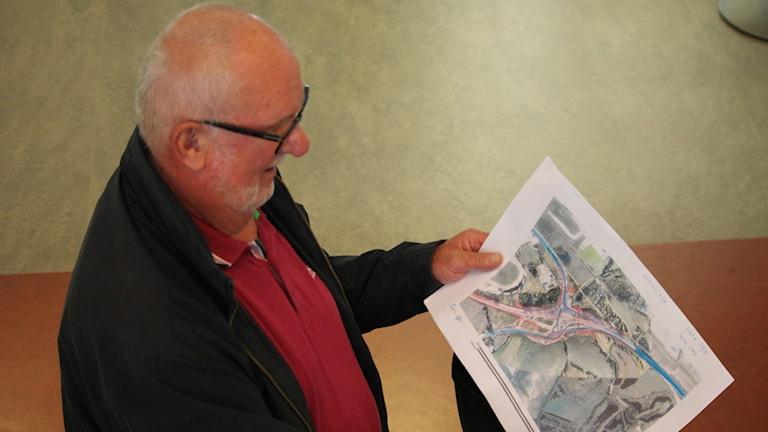 Bertil Jidflo med karta över Karlsrorondellen