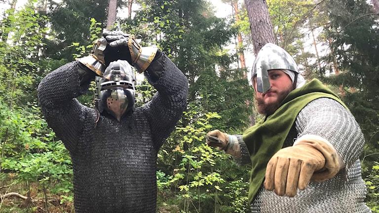 Två män i medeltidskläder.
