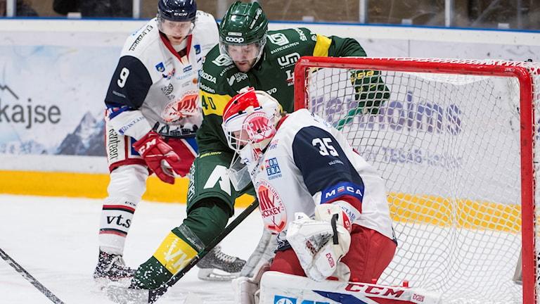 Målvakten Emil Kruse i Västerviks IK räddar ett skott.