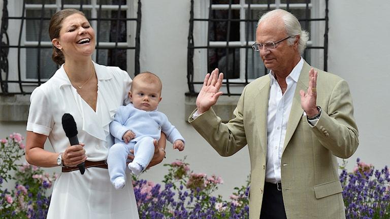 Kronprinsessan och kungen skrattar utomhus på Solliden.