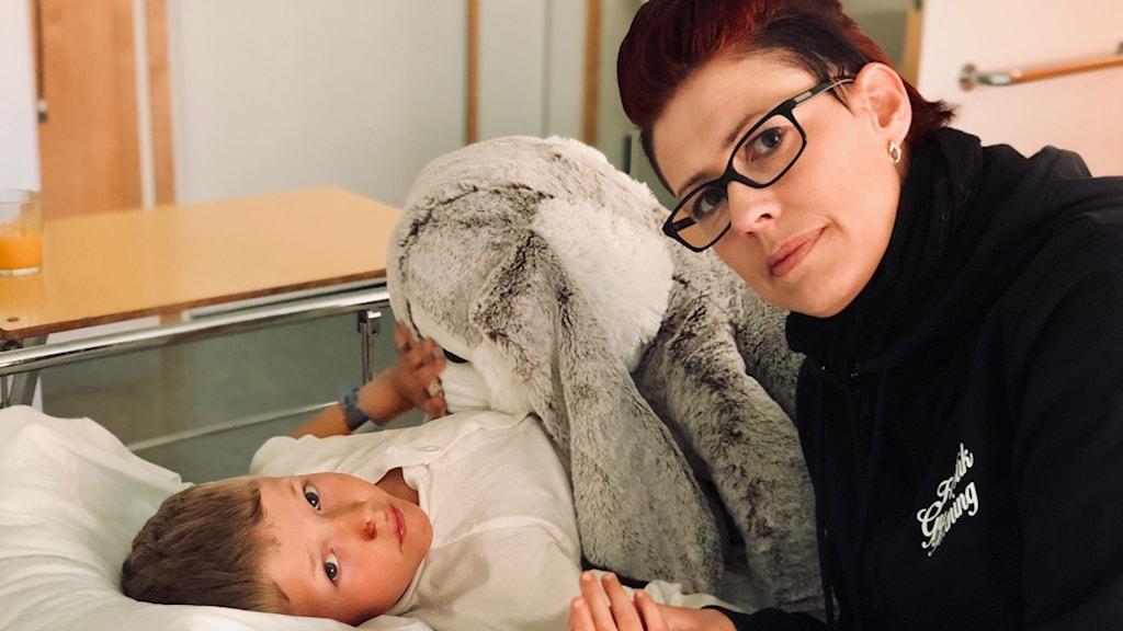 Anton Landström och Monica Landström i sjukhusmiljö.