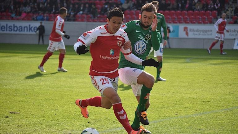 Romario i duell med J Södra-spelare i derbyt 2016