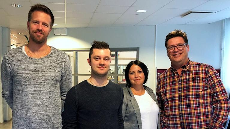 Joachim Lantz, Marcus Karlström, Malin Gruvhagen och Magnus Krusell står utanför en radiostudio.