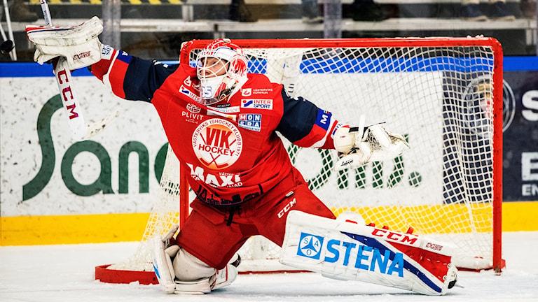 Emil Kruse höjer högerarmen för att rädda pucken.