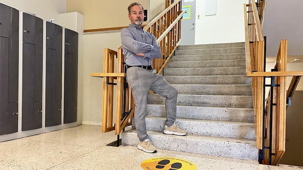 En person står vid en trappa.