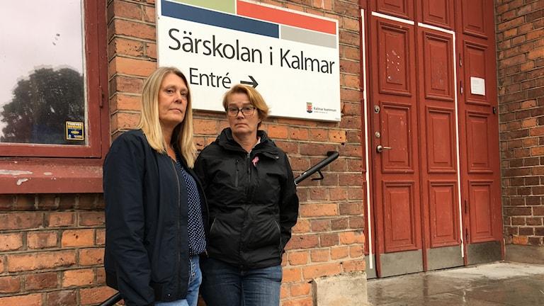 Två kvinnor står framför entrén till Särskolan i Kalmar.