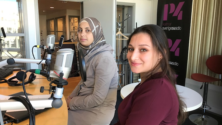 Ilham Alaswad och Nadin Hussein i radiostudion