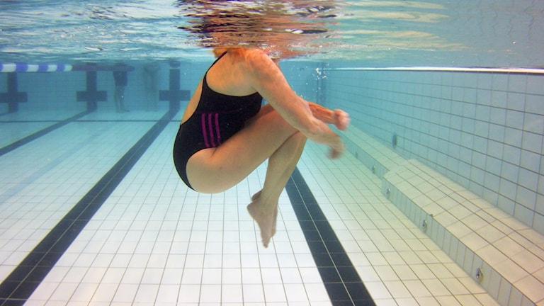 Person i simbassäng.