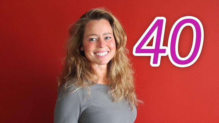 Silvia Rydberg framför en röd vägg och siffran 40.