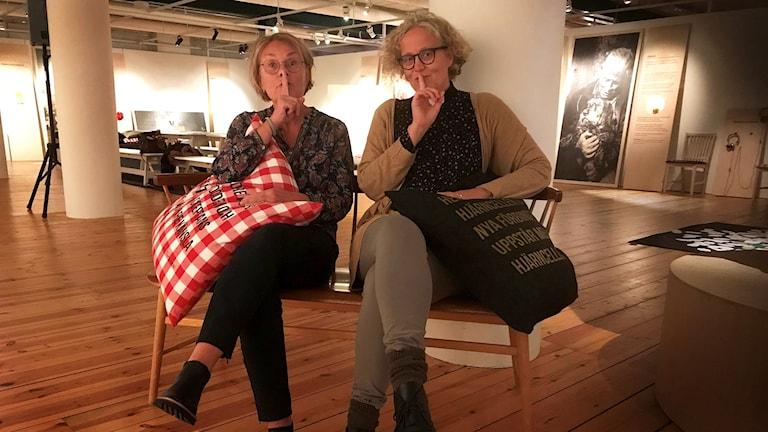 Tina Lindström, personal-och verksamhetsansvarig, Kalmar Läns Museum och studentprästen Sofia Ekelund Fogelström i en sal