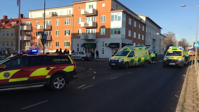 Ambulanser och räddningstjänst på plats.