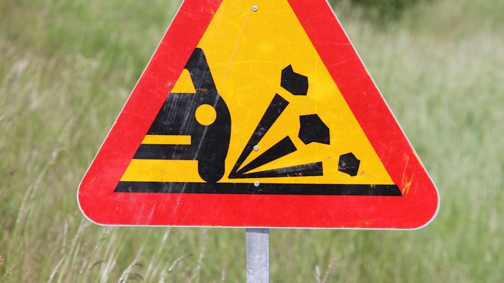 Varning för stenskott.