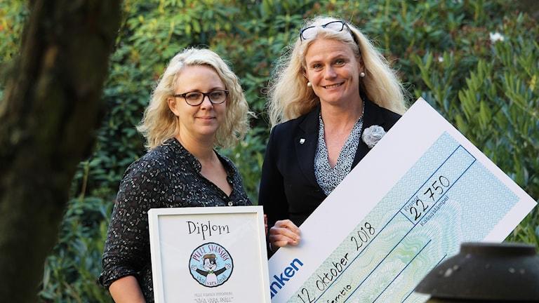 Moa Lundh och Sara Brogård håller i checkar och diplom.